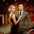Jak się ubrać do teatru – wskazówki dla kobiet i mężczyzn